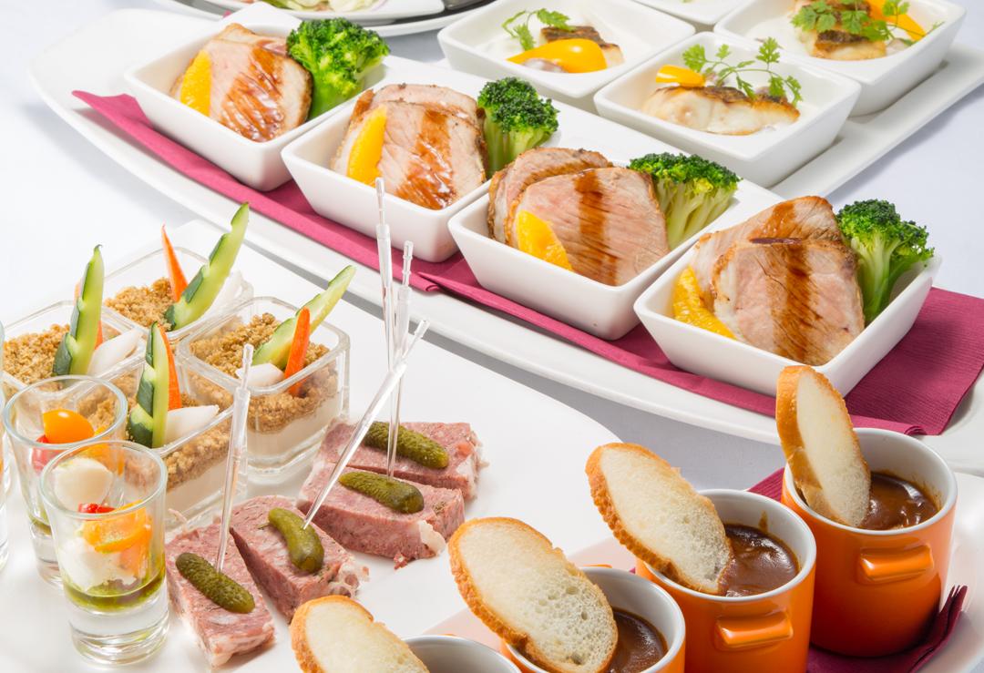【銀座】銀座駅A2出口から徒歩約3分。アジアンリゾート風の癒しの空間で、世界最高曲数を誇るカラオケと世界各国の料理を満喫