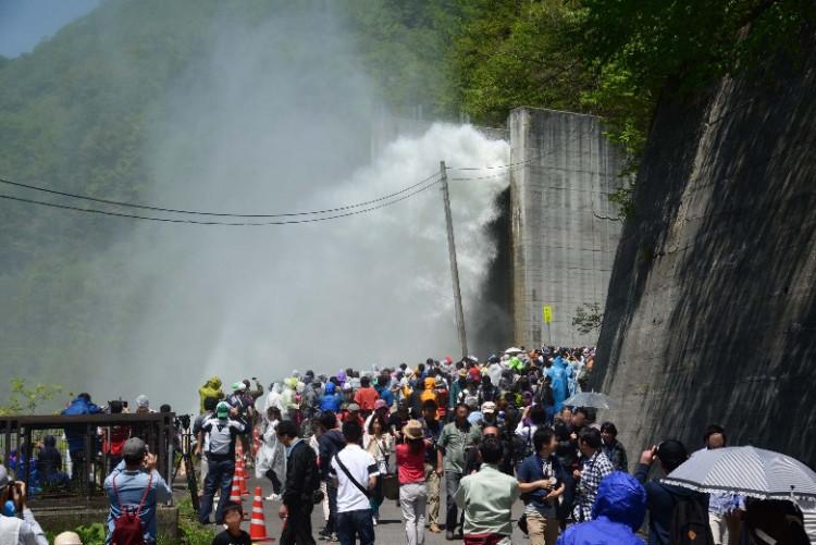 矢木沢ダムのスキージャンプ式減勢工