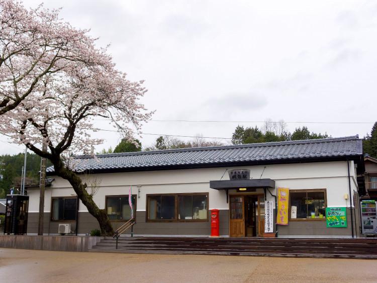 明智駅は昭和初期の駅舎をリノベーションしたもの