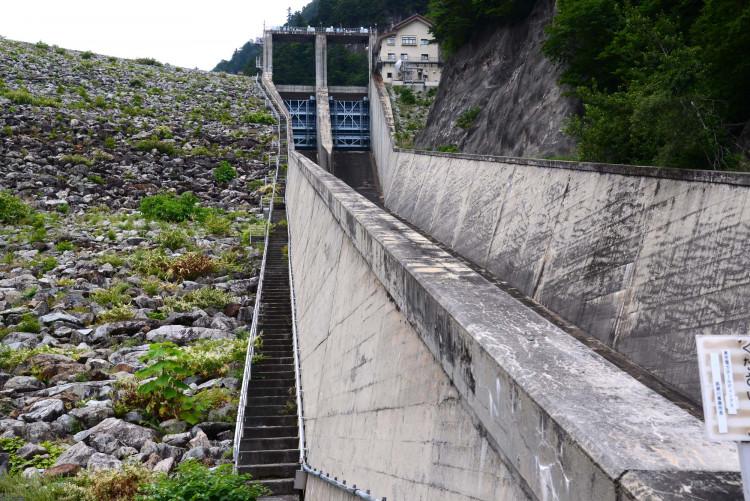 ダム脇の階段